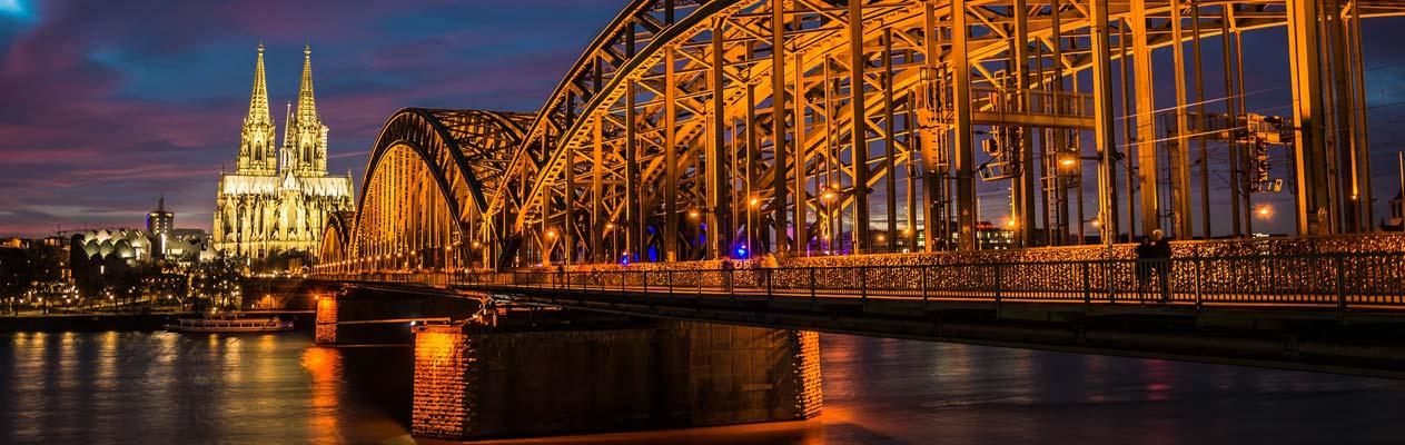 Kölner Dom und die Hohenzollernbrücke bei Nacht
