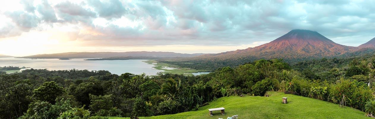 Vulkan und Küste in Costa Rica