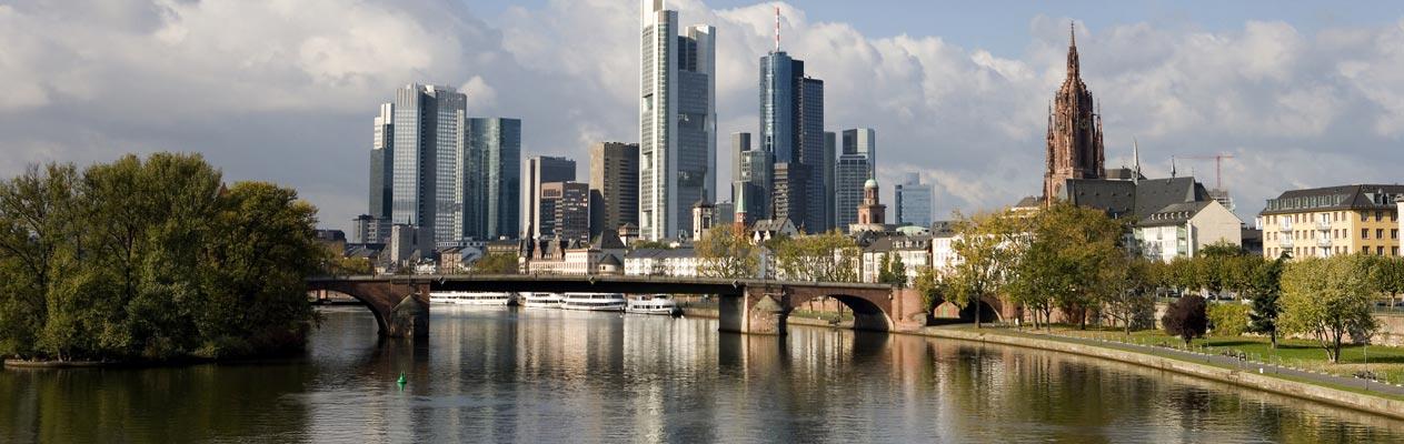 Frankfurter Skyline vom Rhein