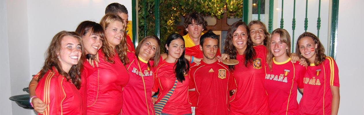 Jugendliche in Benalmadena mit spanischem Fussbaltrikot