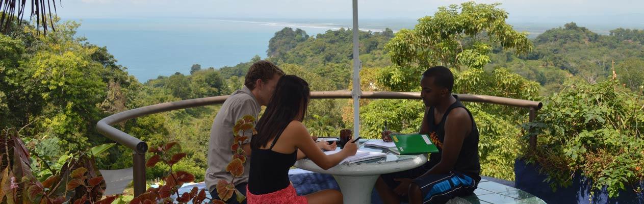 Schüler/-innen lernen Spanisch in Manuel Antonio