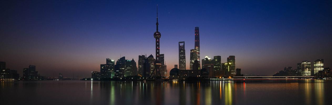 Die Metropole Shanghai, China, bei Nacht